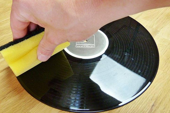 Schwamm in Rillenrichtung über die LP ziehen